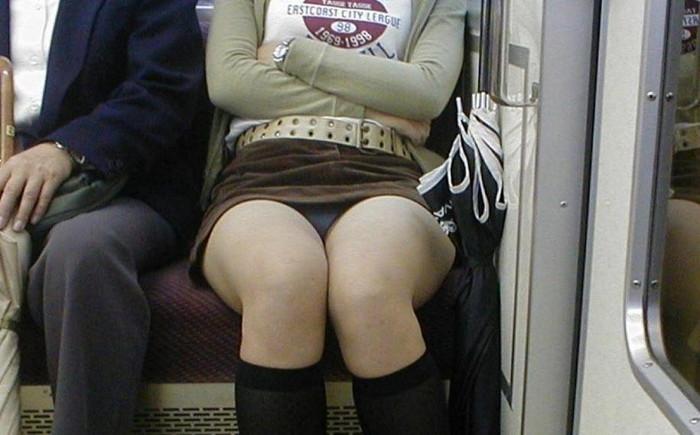 【電車内パンチラ盗撮エロ画像】電車内で対面に座った女のパンチラ狙ってみた! 07