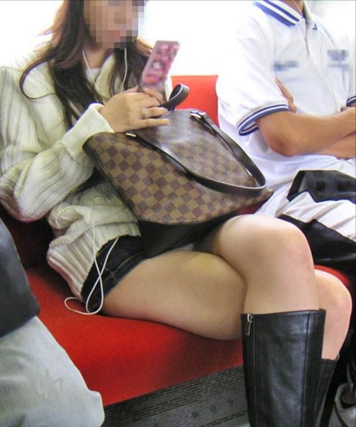 【電車内パンチラ盗撮エロ画像】電車内で対面に座った女のパンチラ狙ってみた! 10