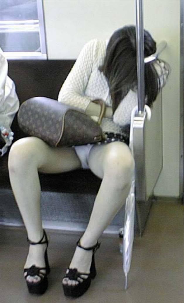 【電車内パンチラ盗撮エロ画像】電車内で対面に座った女のパンチラ狙ってみた! 11