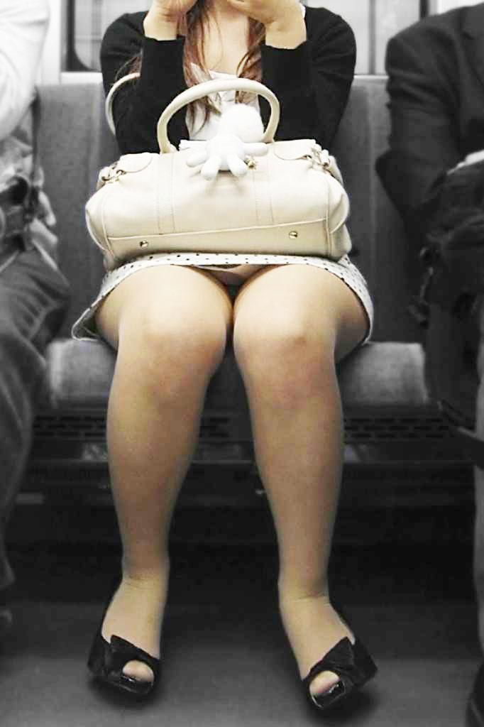 【電車内パンチラ盗撮エロ画像】電車内で対面に座った女のパンチラ狙ってみた! 14