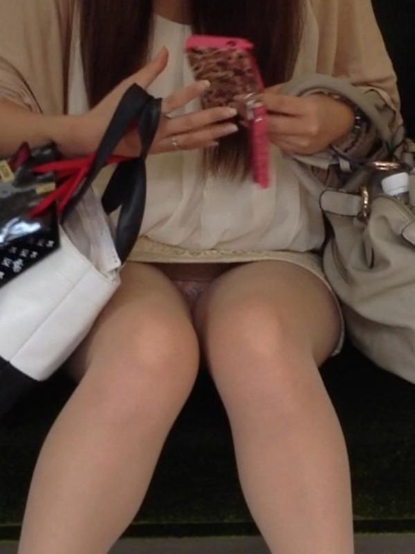 【電車内パンチラ盗撮エロ画像】電車内で対面に座った女のパンチラ狙ってみた! 18