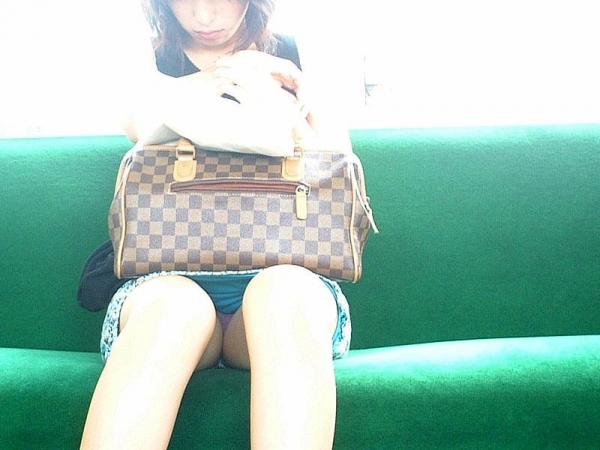 【電車内パンチラ盗撮エロ画像】電車内で対面に座った女のパンチラ狙ってみた! 19