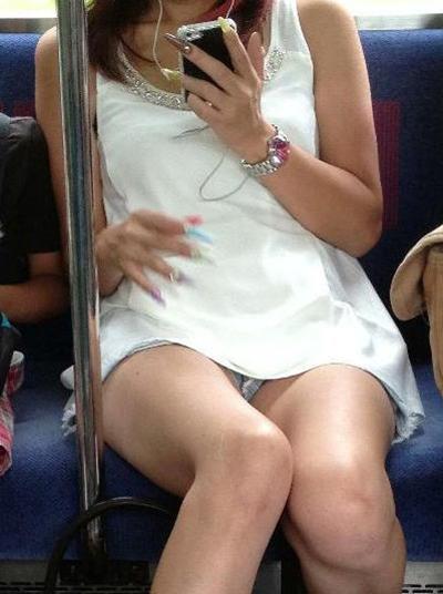 【電車内パンチラ盗撮エロ画像】電車内で対面に座った女のパンチラ狙ってみた! 20