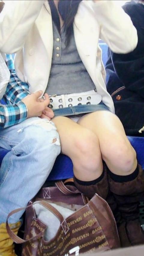 【電車内パンチラ盗撮エロ画像】電車内で対面に座った女のパンチラ狙ってみた! 27