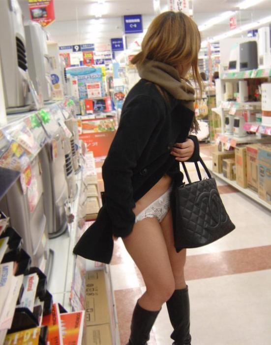 【素人露出エロ画像】マジで営業中のお店の中で露出プレイ!?素人露出! 05