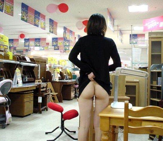 【素人露出エロ画像】マジで営業中のお店の中で露出プレイ!?素人露出! 06