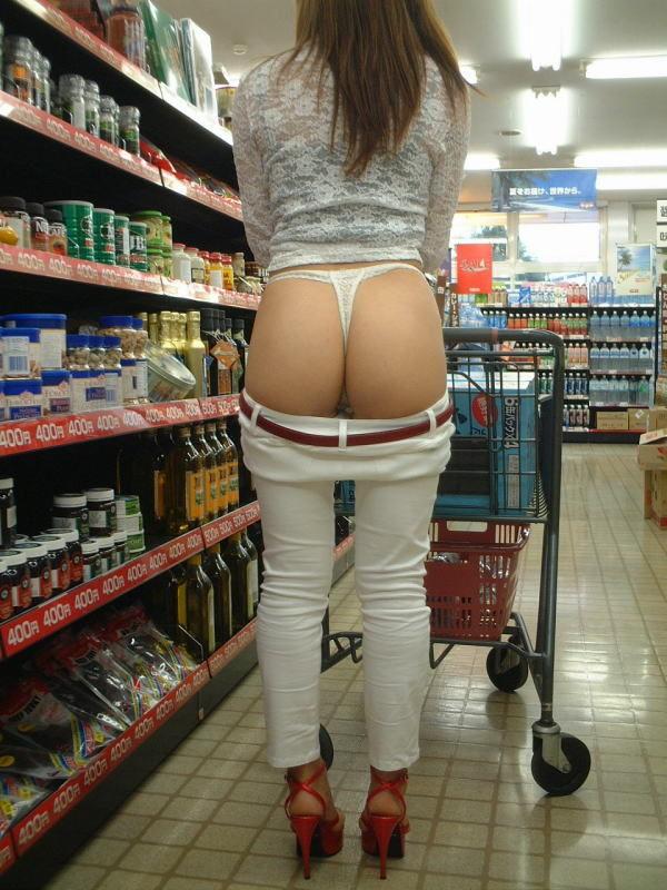【素人露出エロ画像】マジで営業中のお店の中で露出プレイ!?素人露出! 07