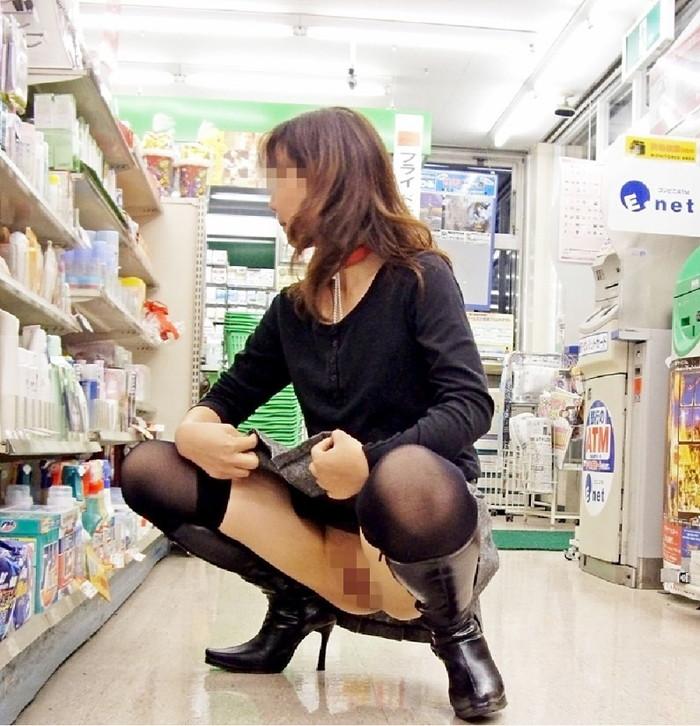 【素人露出エロ画像】マジで営業中のお店の中で露出プレイ!?素人露出! 12