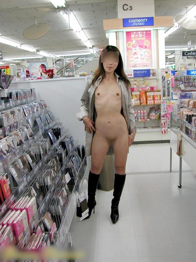 【素人露出エロ画像】マジで営業中のお店の中で露出プレイ!?素人露出! 15