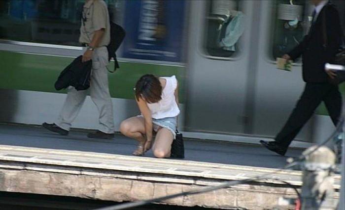 【街撮りパンチラエロ画像】こういう瞬間に遭遇すると感動で小躍りしたくならんか?www 21