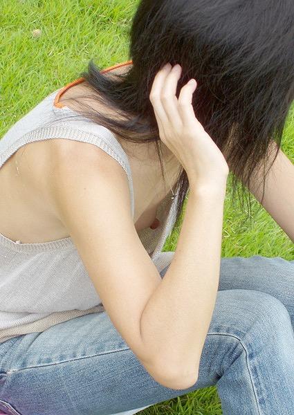 【素人胸チラエロ画像】素人娘たちの不意に飛び込んできた胸チラって勃起するw 23