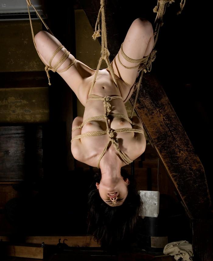 【SM緊縛エロ画像】拘束された女の子たちのあられもない姿に勃起は必至! 10