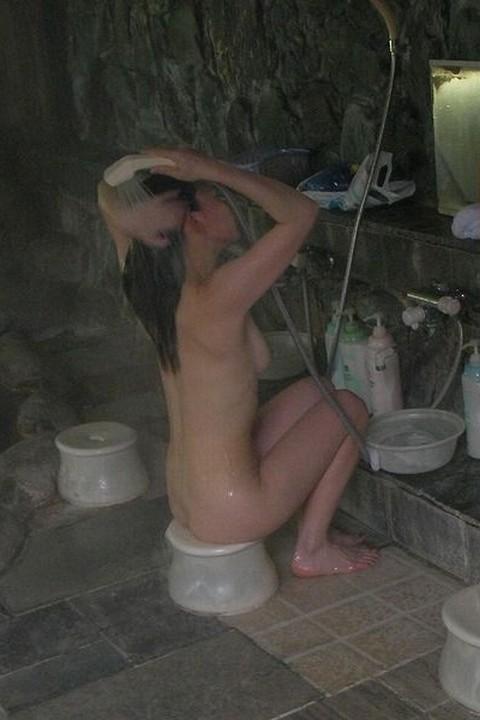 【女風呂盗撮エロ画像】これが見たかった!女風呂の内部を盗撮したったwww 04
