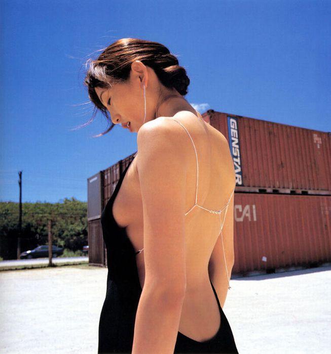 【横乳エロ画像】着衣の横からチラリと見えそうで見えないおっぱいに視線釘付け! 15