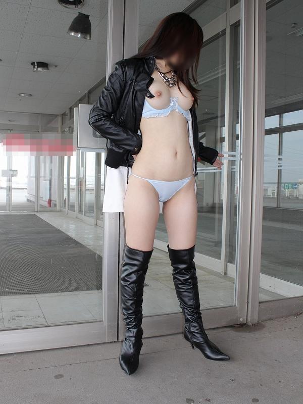 【野外露出エロ画像】年々大胆になっていく露出好きの女の子達の羞恥露出! 02