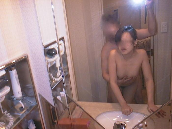 【素人鏡撮りエロ画像】鏡を利用して自分たちのセックスを記録する素人カップル! 09