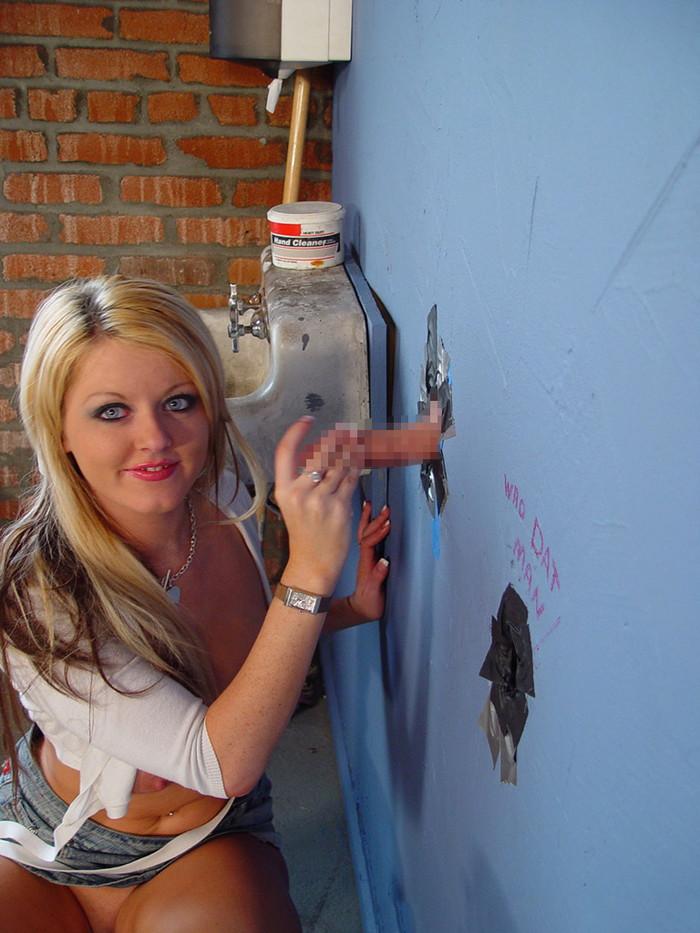 【グローリーホールエロ画像】壁穴から差し出されたチンポにしゃぶりつく海外女性! 19
