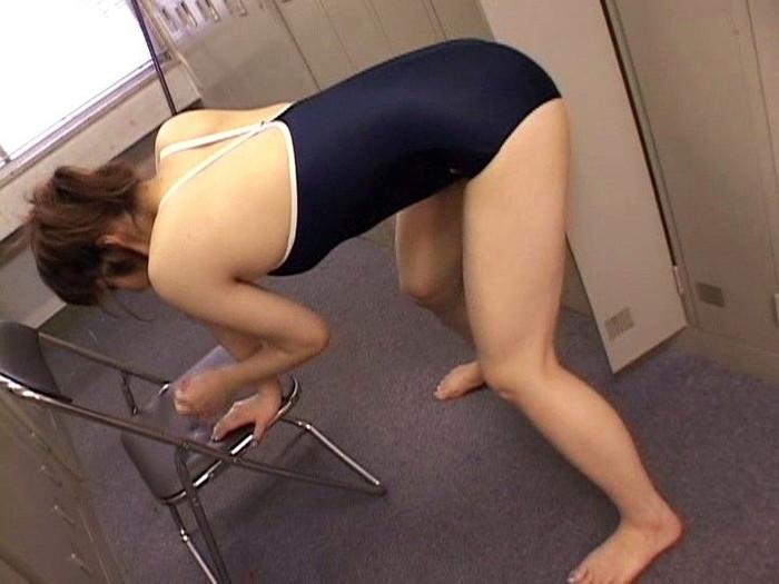 【角オナニーエロ画像】机やイスの角を使った角オナニーが卑猥すぎてフル勃起! 12
