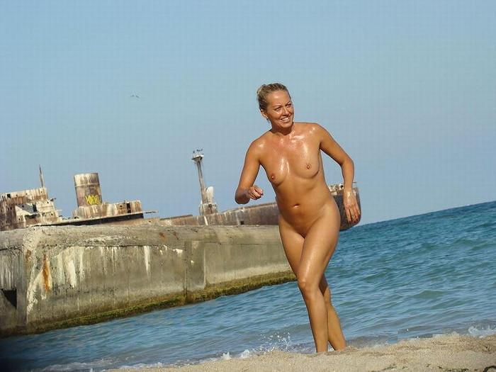 【ヌーディストビーチエロ画像】勃起したらマナー違反のヌーディストビーチ! 15