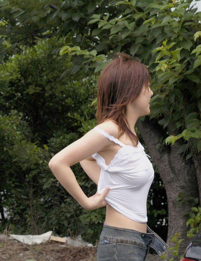 【ノーブラエロ画像】透けているのはもちろん乳首!大胆なノーブラの女の子達! 03