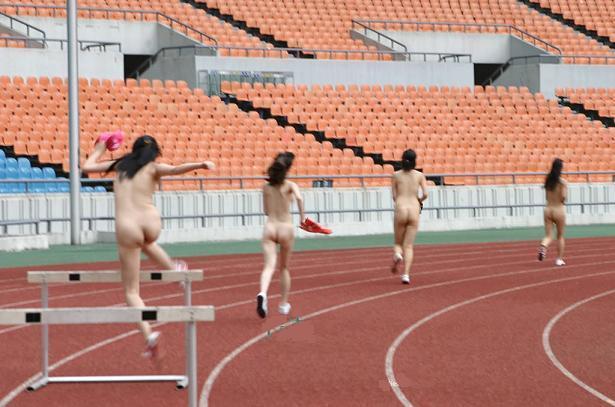 【全裸スポーツエロ画像】全裸でスポーツをすると当然、ここまでエロくなる件! 04