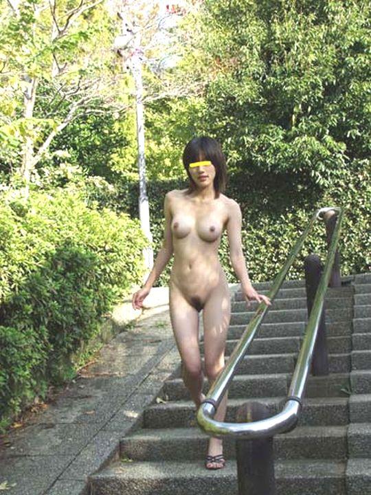 【野外露出エロ画像】素人娘たちの屋外での脱ぎっぷりには脱帽だぜ! 01