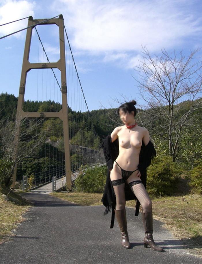 【野外露出エロ画像】素人娘たちの屋外での脱ぎっぷりには脱帽だぜ! 07