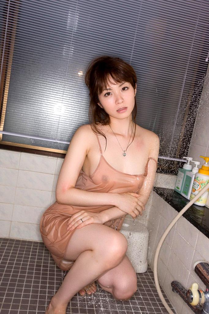 【濡れ透けエロ画像】女の子の着衣が濡れて透け透けになつている件! 21