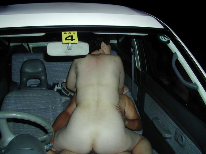 【カーセックスエロ画像】ホテル代がもったいないから車の中ですませてしまえっていう画像w 03