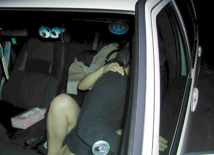 【カーセックスエロ画像】ホテル代がもったいないから車の中ですませてしまえっていう画像w 19