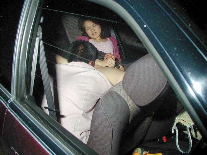 【カーセックスエロ画像】ホテル代がもったいないから車の中ですませてしまえっていう画像w 21