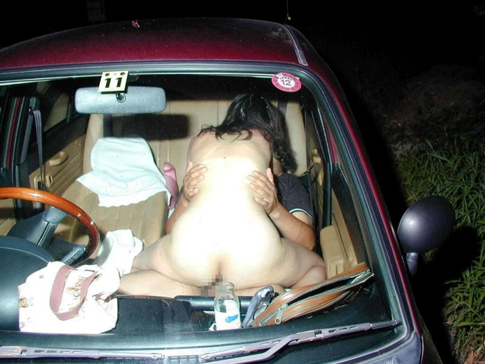 【カーセックスエロ画像】ホテル代がもったいないから車の中ですませてしまえっていう画像w 25