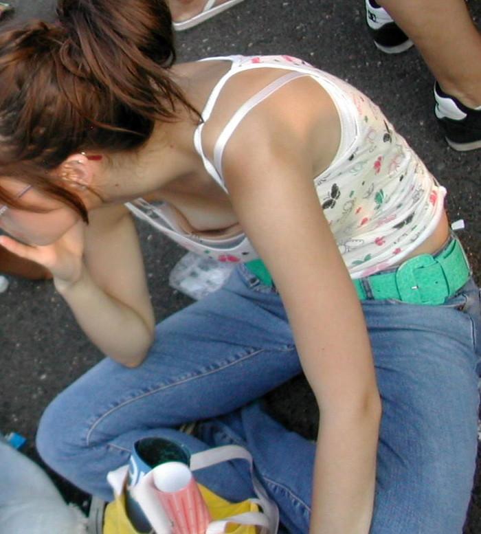 【胸チラエロ画像】街中や至る所で胸チラしてしまう素人娘たちの盗撮画像 01