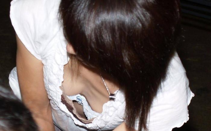 【胸チラエロ画像】街中や至る所で胸チラしてしまう素人娘たちの盗撮画像 06