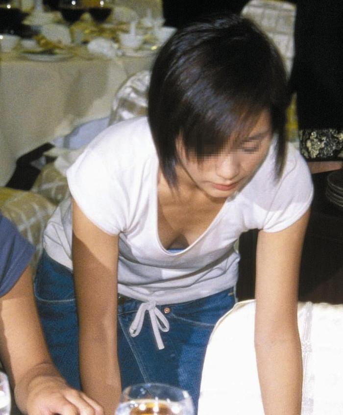 【胸チラエロ画像】街中や至る所で胸チラしてしまう素人娘たちの盗撮画像 09