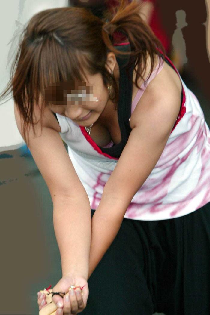 【胸チラエロ画像】街中や至る所で胸チラしてしまう素人娘たちの盗撮画像 20