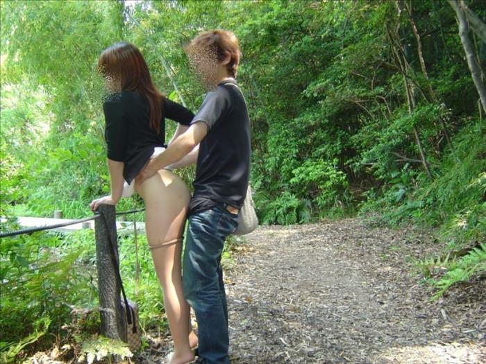 【野外セックスエロ画像】自然の驚異にも負けないアウトドア派の野外セックスw 21