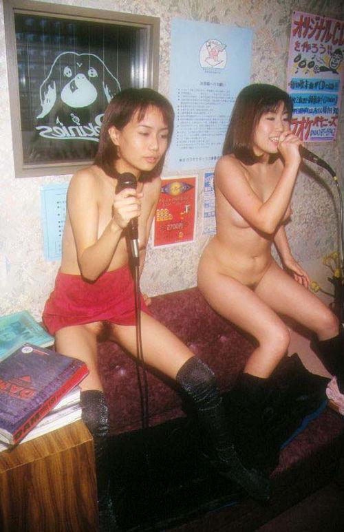【プチ露出エロ画像】カラオケボックスという閉鎖された空間内で大胆になる女たち! 10