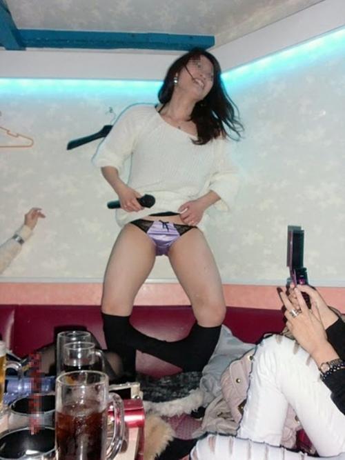 【プチ露出エロ画像】カラオケボックスという閉鎖された空間内で大胆になる女たち! 16