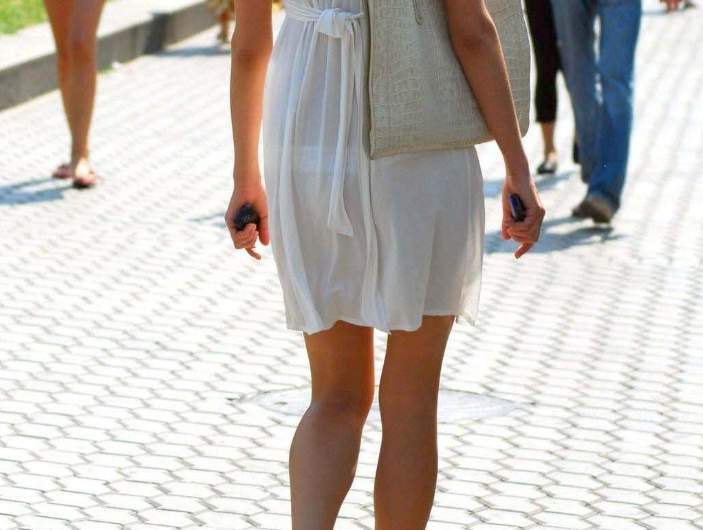 【着衣透けエロ画像】街中などで着衣の透けた女の子!これって気づいてないのか?