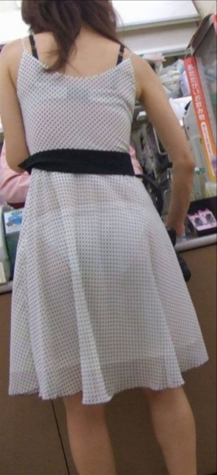 【着衣透けエロ画像】街中などで着衣の透けた女の子!これって気づいてないのか? 02