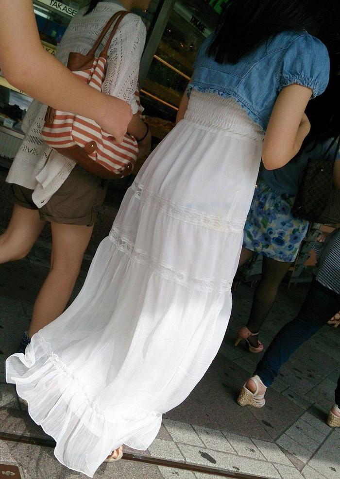 【着衣透けエロ画像】街中などで着衣の透けた女の子!これって気づいてないのか? 08