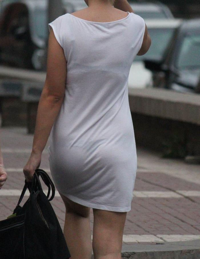 【着衣透けエロ画像】街中などで着衣の透けた女の子!これって気づいてないのか? 14