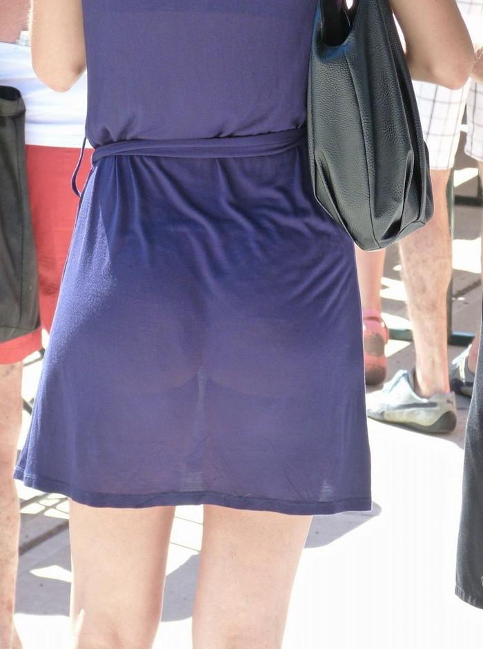 【着衣透けエロ画像】街中などで着衣の透けた女の子!これって気づいてないのか? 16