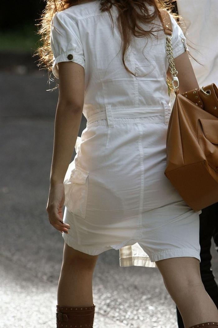 【着衣透けエロ画像】街中などで着衣の透けた女の子!これって気づいてないのか? 17