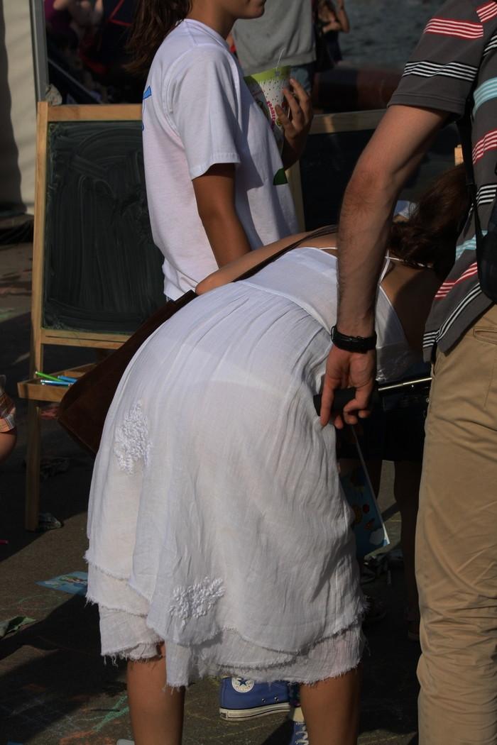 【着衣透けエロ画像】街中などで着衣の透けた女の子!これって気づいてないのか? 21