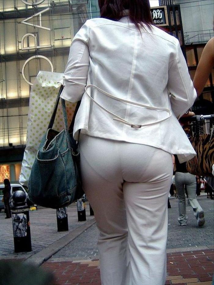 【着衣透けエロ画像】街中などで着衣の透けた女の子!これって気づいてないのか? 23
