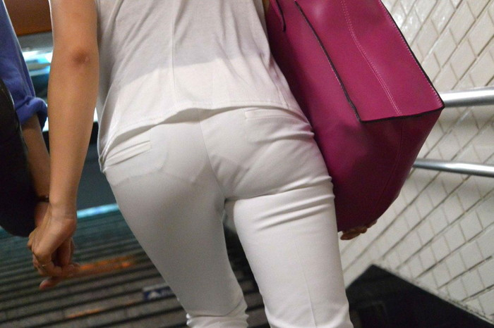 【着衣透けエロ画像】街中などで着衣の透けた女の子!これって気づいてないのか? 24