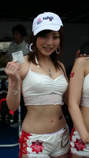 【着衣透けエロ画像】街中などで着衣の透けた女の子!これって気づいてないのか? 26