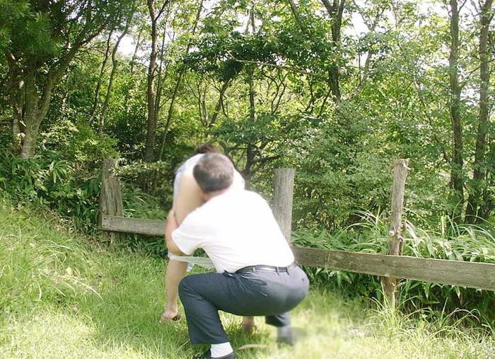 【青姦エロ画像】照りつける太陽が恋しい!青姦に励むカップルたち! 01